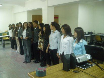 Práctica de postura e inteligencia social, recibirán jóvenes primer empleo en entrenamiento Cara de Hola.