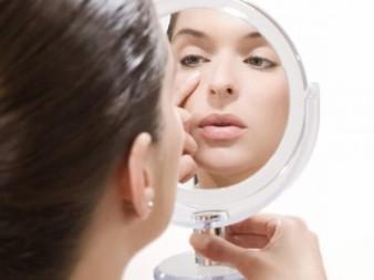 mujer-maquillandose-viendose-espejo