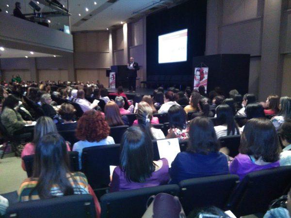 Luis Tercero dando la bienvenida en Travesía Femenina